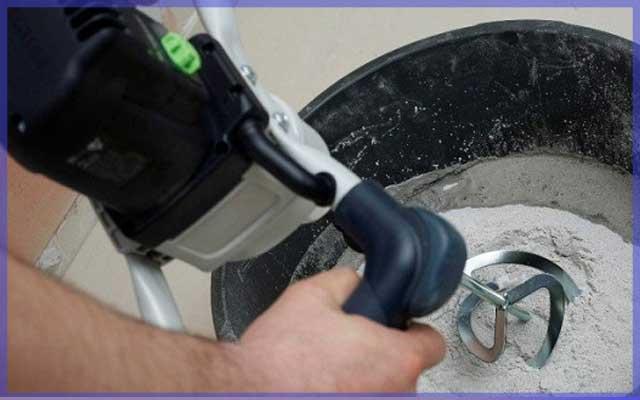 Дрель для замешивания раствора при укладки напольной плитки на неровный пол
