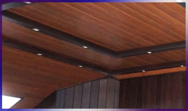 Деревянная вагонка в балконе на потолке