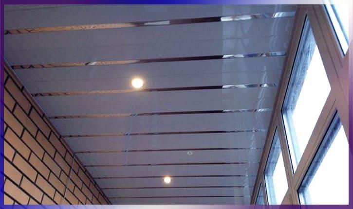 ПВХ-панели в балконе на потолке
