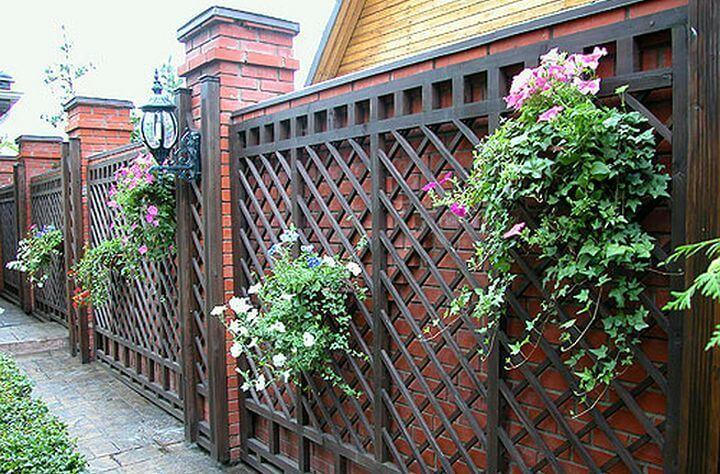 стальной забор между кирпичом